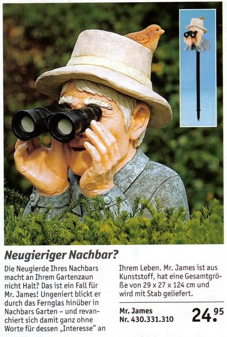Mr James blickt über die Gartenhecke