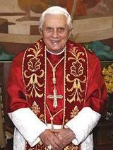 Papst Benedikt XVI in aller seiner angemaßten Heiligkeit