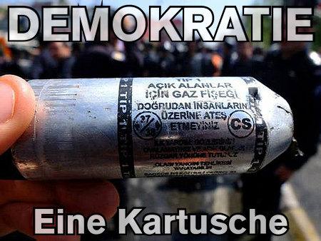 CS-Gas-Kartusche mit Text: Demokratie -- Eine Kartusche