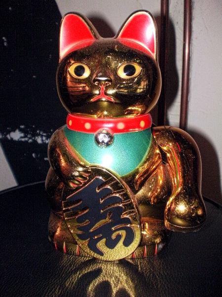 Eine ausgesprochen hässliche Tinnef-Katze, batteriebetrieben, winkend, scheußlich